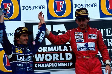 Ayrton Senna (oik.) nosti maailmanmestari Alain Prostin käden ilmaan voiton merkiksi Prostin uran päätöskilpailussa Australiassa. Sennan ilme tilanteessa on paljon puhuva.