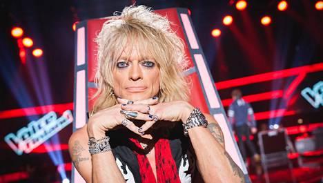 Näin kiltisti Michael Monroe napotti penkissään The Voice of Finlandin pressikuvaa varten. Itse ohjelman kuvauksissa meno oli hiukan toinen.