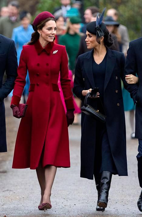 Catherine ja Meghan edustavat usein tyylikkäissä asuissa. Myös hintalappu on usein sen mukainen.
