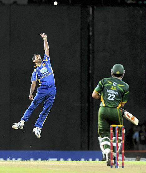Ylettääkö? Sri Lankan Nuwan Kulasekara tavoittelee palloa Pakistania vastaan pelatussa krikettiottelussa Colombossa Sri Lankassa. Sri Lanka voitti ottelun. Krikettiä on sanottu maailman toiseksi suosituimmaksi urheilulajiksi jalkapallon jälkeen.