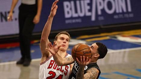 Lauri Markkanen puolustamassa Brooklyn Netsin Mike Jamesia vastaan.