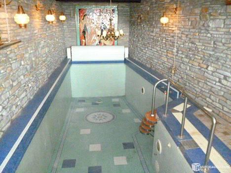 Järvenpään omistuksessa olleesta talosta löytyy myös oma uima-allas.