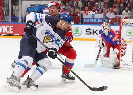 Mikko Rantanen pelasi viime keväänä jo aikuisten MM-kisoissa. Kuvassa hän vääntää MM-välierässä Venäjän puolustajan Aleksei Jemelinin kanssa.