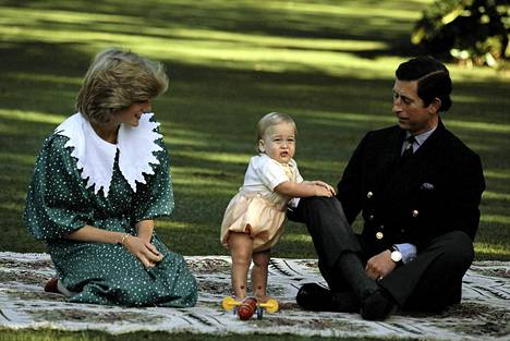 1-vuotias pikkupoika vanhempiensa kanssa.