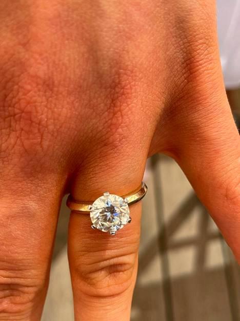 Johannan sormessa komeilee kolmen karaatin timanttisormus, jonka suunniteluun Renny on antanut omat ideansa.