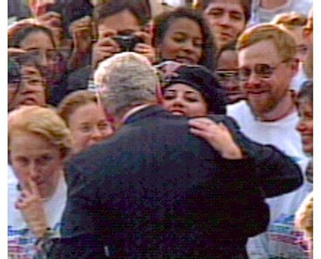 Presidentti Bill Clinton halasi Valkoisen talon avustajaa Monica lewinskya yleisöjoukossa marraskuussa 1996. Myöhemmin paljastui, että heillä oli seksisuhde.