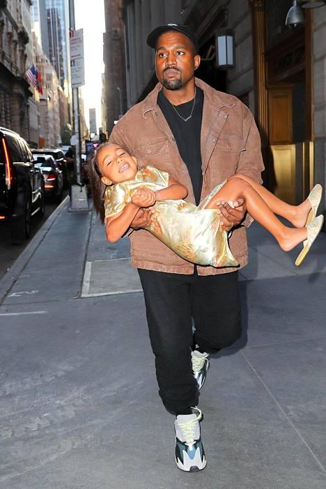 Kanye kantoi tyttärensä ravintolaan, kun hän ei suostunut kävelemään sinne itse.