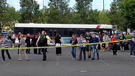 Koulusta evakuoidut oppilaat kuljetettiin bussilla omaistensa luo.