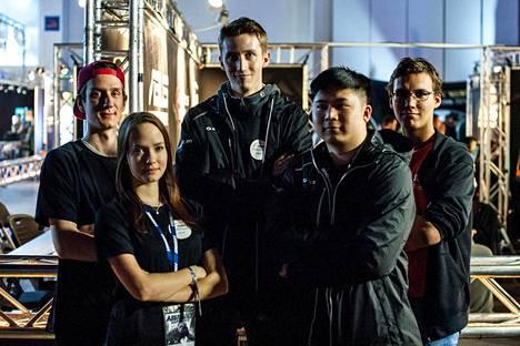 "Prakticumin League of Legends -joukkue Assemblyilla. Vasemmalta oikealle kuvassa: Jan-Gäran ""Sneaky"" Nyholm, Christina ""Zora"" Sontag, Frans ""MeKingNaNe"" Wrede, Richard ""Hue Thanh"" Luu, Edward ""Haeredon"" Söderström."