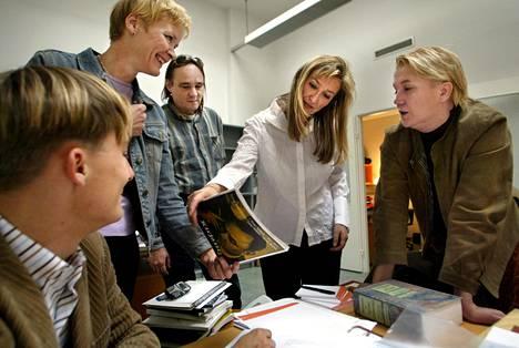 Kirjankustantamo Teos perustettiin 2003. Niklas Herlin oli yksi kustantamon pääomistajista sekä hallituksen puheenjohtaja. Kuvassa Antti Hynönen, Eija Elgland, Niklas Herlin, Maria Säntti ja Silja Hiidenheimo lokakuussa 2003.