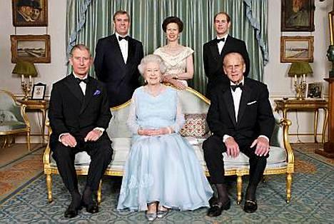 Kuningatar Elisabet ja prinssi Philip poseerasivat lastensa kanssa virallisessa 60-vuotishääpäiväpotretissa.