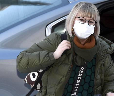 Sosiaali- ja terveysministeri Aino-Kaisa Pekonen (vas) vakuutti eduskunnalle 12. maaliskuuta 2020, että Suomi oli varautunut äärimmäisen hyvin pandemiatilanteeseen, ja toi esiin, että suojavarusteita on runsaasti varastoissa hoitohenkilökunnalle.