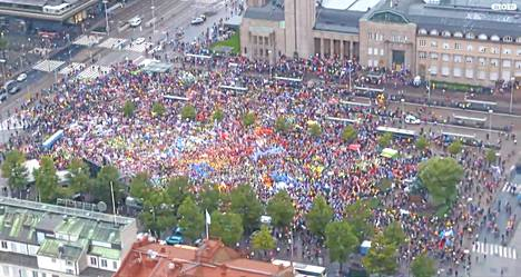 ISTV:n suorassa lähetyksessä seurattiin Rautatientorin mielenosoitusta myös helikopterista. Kuvaaja seurasi helikopterista myös aamuliikennettä.