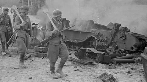 Tästä kuvasta tuli Ihantalan taistelujen symboli. Kuvassa panssarijääkäri Eino Heikkilä, kersantti Kaarlo Niemelä ja kersantti Heino Nikulassi.