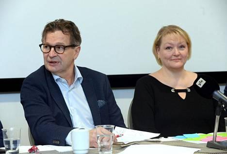 Yksinäistä työtä joukkueen puolesta -selvitys on Harri Rindellin ja Heidi Packalenin tekemä.