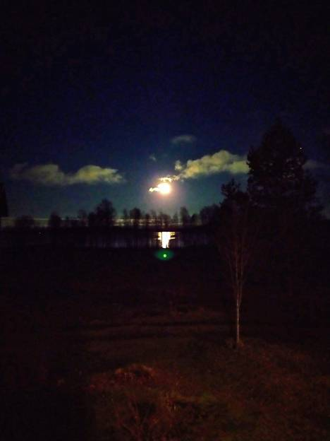 Kiteellä öinen taivas oli vain puolipilvinen, joten kuu pääsi loistamaan kirkkaana.
