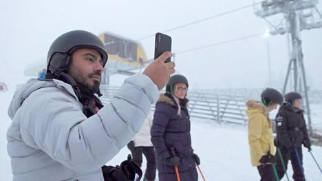 Stefano vietti Levillä aikaa morsianehdokkaisiinsa tutustuen ja Suomen talvesta nauttien.