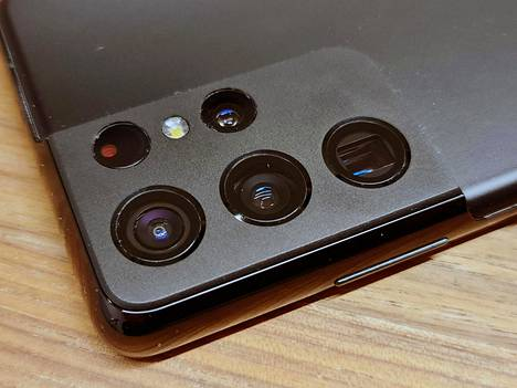 Ultran kamerakyttyrä on iso. Se on tosin toteutettu fiksusti puhelimen nurkkaan.