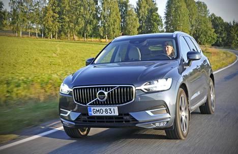 """Volvon tuore """"mukamaasturi"""" XC60 on nelivetoinen, korotetun maavaran tukeva auto. Autossa istutaan korkealla, mutta keulan äärirajat on silti vaikeahko hahmottaa."""