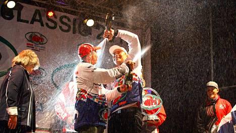 Markku Tiusanen (vasemmalla) ja Antti Anttila voittivat viikonloppuna erittäin arvostetun eurooppalaisen kalastuskilpailun.