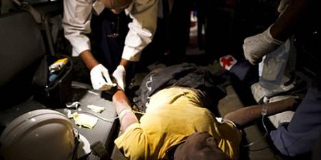 Yhdysvaltain Punaisen Ristin lääkäri hoiti yliopistorakennuksen raunioista maanantaina pelastettua Jesulaa.