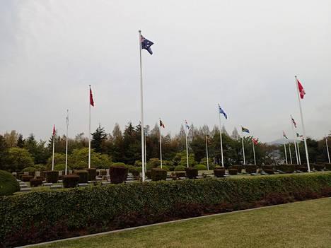 Muistolehdossa liehuvat kaikkien Koreaan sotaan osallistuneiden maiden liput. Myös Norja, Ruotsi ja Tanska lähettivät sotilas- ja lääkintäapua Etelä-Korealle.