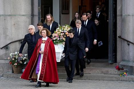 Paikalla Behnin hautajaisissa oli koko Norjan kuninkaallinen perhe, Behnin lapset ja vanhemmat sekä muuta lähipiiriä.
