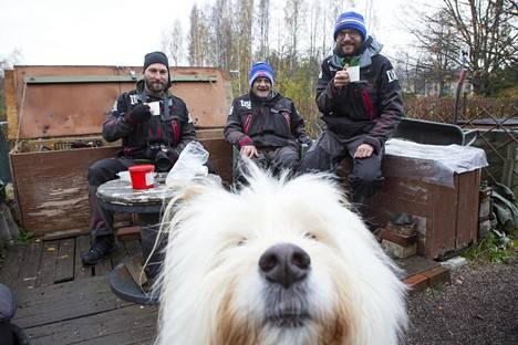 Longinojan puroisäntä Matti Salonen ja poika, puroyliaktiivi Juha Salonen sekä luontokuvaaja Toni Randén juovat usein nokipannukahvit puron lähettyvillä. Kahvittelua seuraa myös sekarotuinen Nemo-koira.