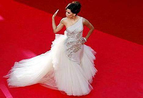 Eva Longorian iltapuku muistutti elegantisti joutsenta.
