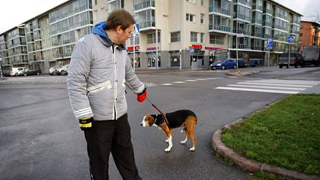 Vasemmistoliiton puheenjohtaja Paavo Arhinmäki kotikulmillaan Herttoniemenrannassa vuonna 2008 koiransa Pain kanssa. Taustalla näkyvä talo ei ole hänen kotitalonsa.