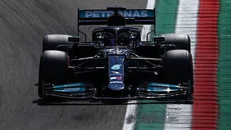 Lewis Hamilton kiihdytti paalupaikalle.