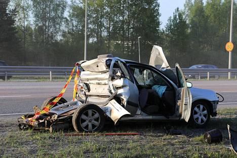 Yhdistelmäajoneuvo ajoi henkilöauton perään, ja henkilöauton kuljettaja loukkaantui.