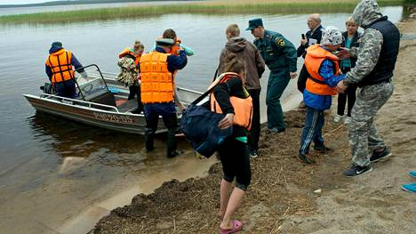 Viranomaiset pelastivat veneturmaan joutuneita leiriläisiä sunnuntaina.