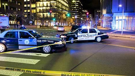 Massachusettsin poliisi, Cambridgen poliisi ja MIT:in poliisi ampumispaikalla.