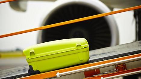 Finavia kertoaa tiedotteessa, että osa lentoyhtiöistä, esimerkiksi Finnair, tarjoaa mahdollisuuden tuoda matkatavarat kentälle jo edellisenä iltana.