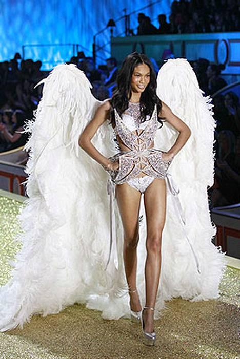 Chanel Imanilla oli futuristiset alusvaatteet ja perinteiset enkelinsiivet.