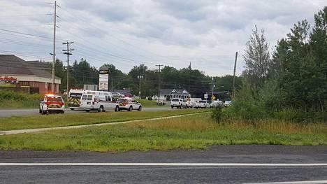 Hälytysajoneuvoja tapahtumapaikan läheisyydessä Frederictonissa.