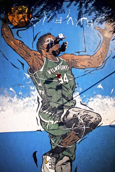 Giannis Antetokounmpon donkkaus ikuistettiin valtavaksi graffitiksi alkuvuodesta pelaajan kotikulmilla Ateenassa.