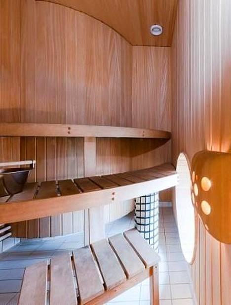 Saunan erikoisuuksia ovat pyöreät muodot ja pieni ikkuna.