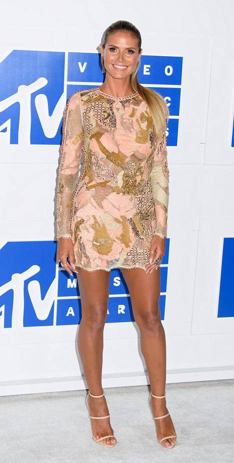 Huippumalli Heidi Klumin minimekossa oli kurkistusaukko rinnan kohdalla.