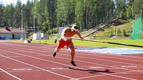 Matti Mononen juoksi 400 metriä seiväs käsissään.