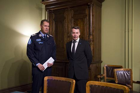 Selvitys luovutettiin poliisiylijohtaja Seppo Kolehmaiselle ja lapsiasiavaltuutettu Tuomas Kurttilalle.