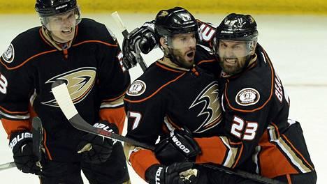 Ryan Kesler (keskellä) on ollut huippuhankinta Anaheim Ducksille.