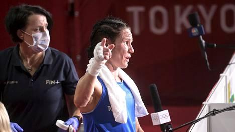 Mira Potkonen ei ole olympialaisten aikoina medialle turhia jaaritellut. Vasemmalla valmentaja Maarit Teuronen, joka on jaellut medialle hieman pidempiä kommentteja.