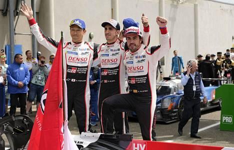Alonso (oik.) juhli Le Mans -voittoa kesällä 2019 Sebastien Buemin ja Kazuki Nakajiman kanssa.