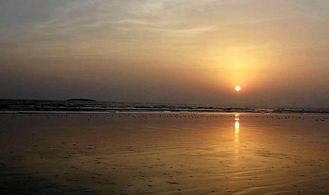 Merestä noussut saari siintää horisontissa Pakistanin hallituksen levittämässä kuvassa.