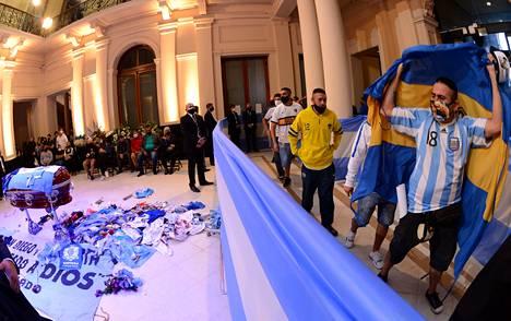 Tuhannet ihmiset kävivät jättämässä jäähyväisensä Maradonalle Buenos Airesin presidentinlinnassa.