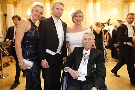 Matti ja Hilkka Ahde sekä kansanedustaja Marko Asell ja Mari Asell viihtyivät yhdessä Linnan juhlissa.