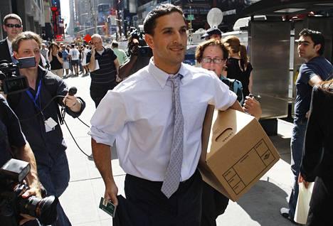 Lehman Brothersin työntekijä kantaa tavaroitaan pois pankin rakennuksesta 15. syyskuuta 2008.