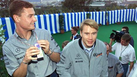 David Coulthard ja Mika Häkkinen matkalla McLarenin lehdistötilaisuuteen Suzukassa 1998.